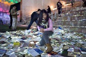Сотни книг-светлячков на улицах Мельбурна