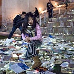 «Luzinterruptus» светящиеся книги на улицах Мельбурна